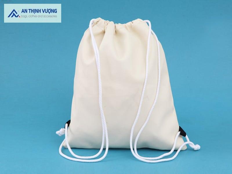 Balo dây rút vải có kích thước nhỏ, tiện lợi để đựng những đồ dùng cần thiết khi di chuyển